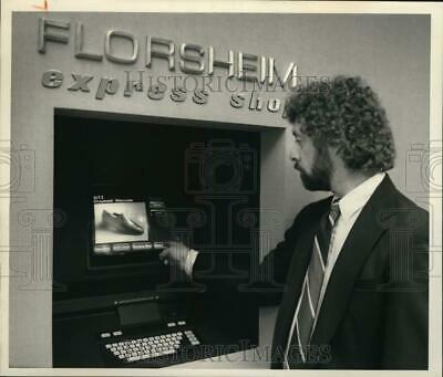1988 Press Photo Fred Steavens with Shoe Computer at the Great Northern (The Great Northern Mall)