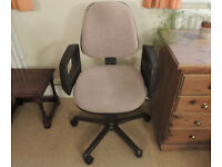 Office chair in very good condition, very comfy & sturdy