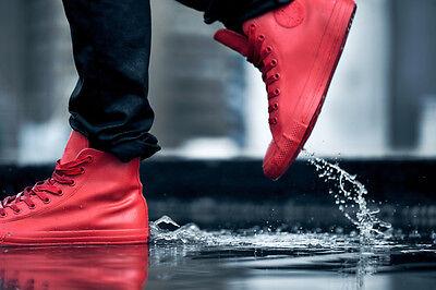 Stylisch unterwegs auch an Regentagen mit Chuck Taylor Rubber Schuhen. (© Converse)