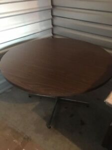 BROWN DINING TABLE - GREAT COND - DELIVERY AVAILABLE