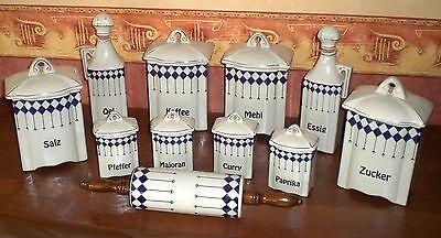 8 Gewürzdosen + Öl + Essigflasche und Teigrolle aus Keramik / Jugendstildekor