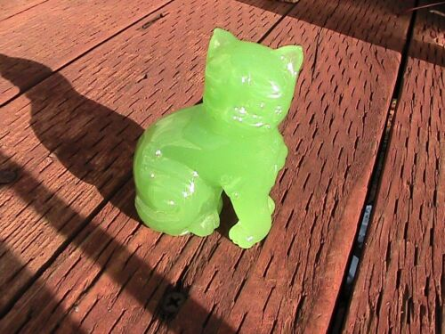 """Collectible Chinese GREEN Glass Cat Figurine - 2 3/4"""""""" tall - 156.5g"""