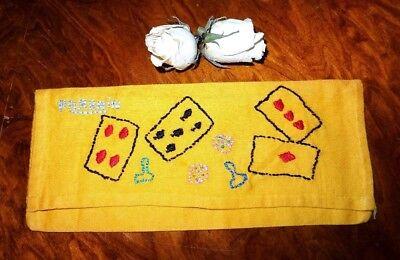 alter Taschentuchbehälter bestickt mit Spielkarten u. Aufschrift porrain (Pate)