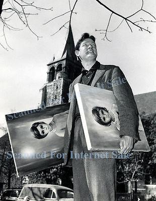 Big Eyes 1955 Walter Margaret Keane Holding Paintings PHOTO PARIS FRANCE