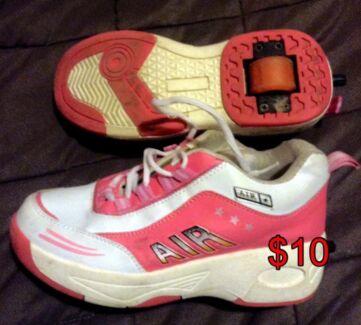 Girls size 6 skate wheel shoes