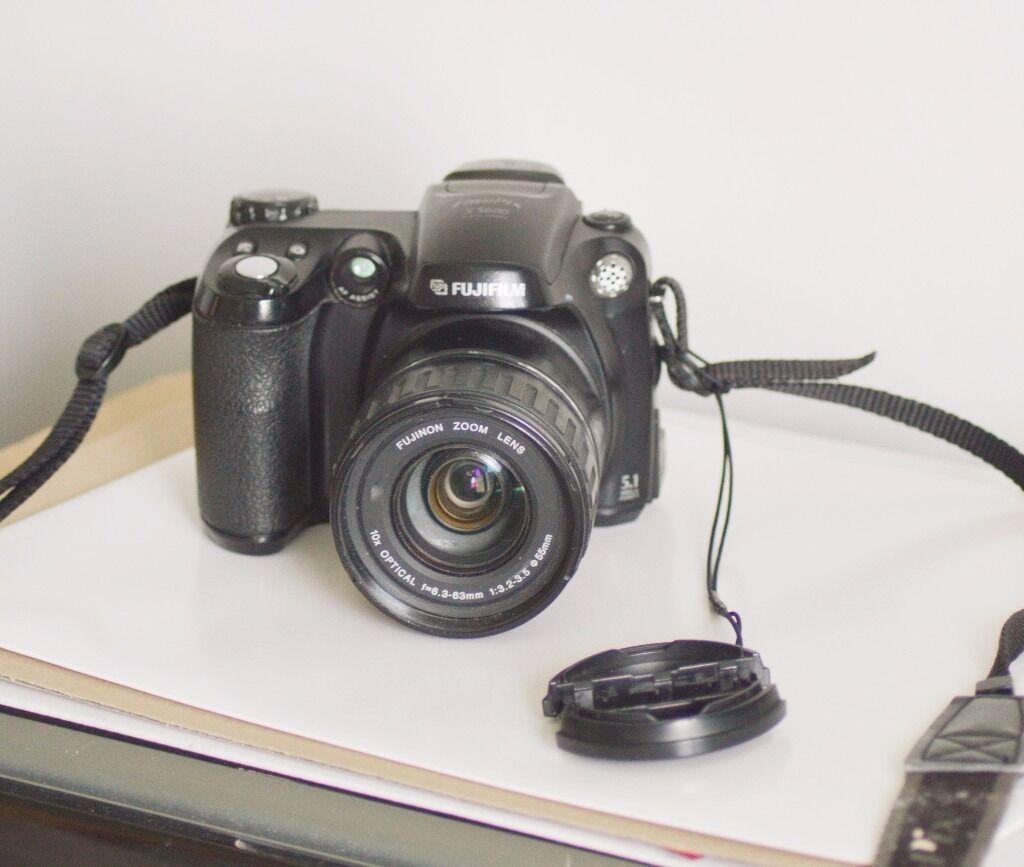 Fuji Finepix S5600 Bridge camera. 10X optical zoom. 5.1 mega pixels. Inc  detachable