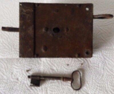 Altes Türschloss mit Schlüssel