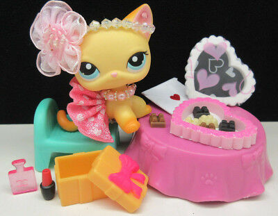 LITTLEST PET SHOP CUTE #339 BROOKE HAYES KITTY VALENTINE CHOCOLATES ACCESSORIES - Valentine Accessories