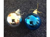 18 Christmas baubles in silver and blue