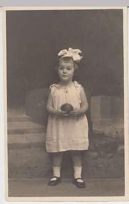(35564) Foto AK Gretchen 1 Jahr alt, Mädchen m. Haarschleife 1920er