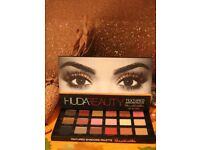 Huda Beauty textured eyeshadow palette