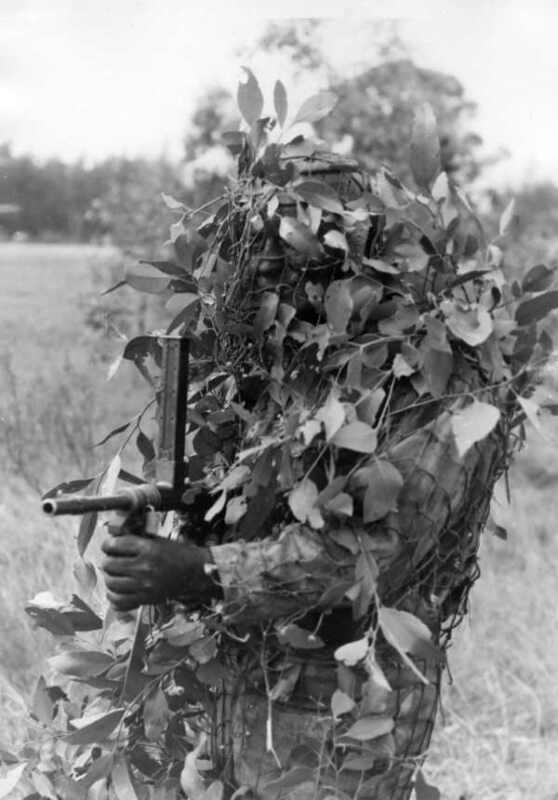 WWII B&W Photo Australian Soldier Owen Machine Gun in Camo ANZAC   WW2 / 1283