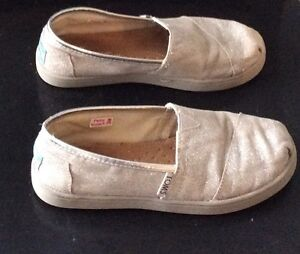 Girls Toms Shoes Silver Glitter Size 1 Cambridge Kitchener Area image 2