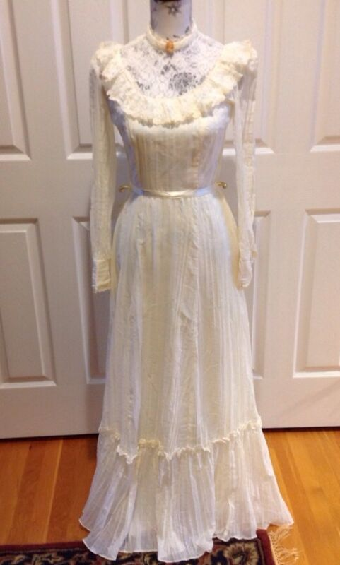 Vintage Ivory with Lace Neck Country Wedding Dress with Pendant Size 7