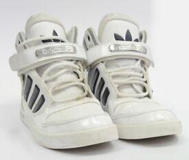 Adidas Junior AR 2.0 (White/Navy) Size Boys 4 with box