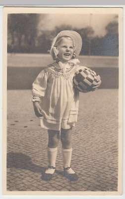(34207) Foto AK kleines Mädchen mit Ball, Feldpost 1940er
