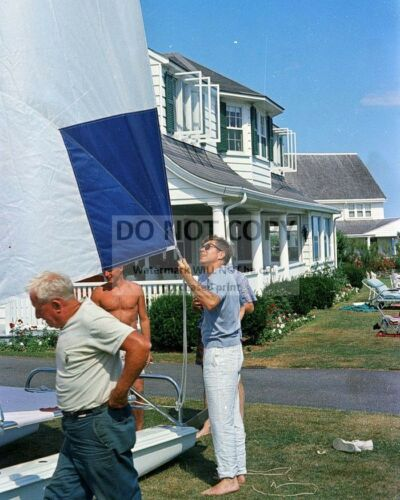 PRESIDENT JOHN F. KENNEDY INSPECTS A SAILBOAT HYANNIS PORT - 8X10 PHOTO (AA-681)
