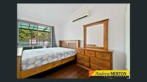 3 bed room house in 20 mins walk to Black town station