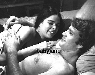 119 RYAN O'NEAL BARECHESTED IN BED WITH ALI MacGRAW LOVE STORY PHOTO