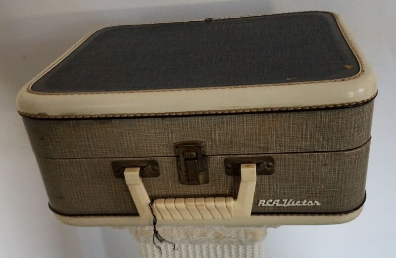 Elvis Presley - EPE - 1956 - 4 Speed Record Player With Original Book