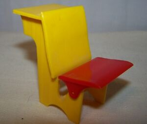 Vintage-1950s-Small-Plastic-Toy-SCHOOL-DESK-A-Renwal-Product-33-Made-in-USA
