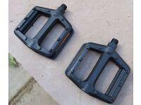 Flat plastic pedals with reflectors