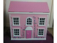 Little doll's house in good used condition, comes with some furniture and 2 dolls