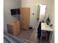 Double room in a brand new flat, couple or single, free parking, Smart Tv, Cleaners ** no extra **