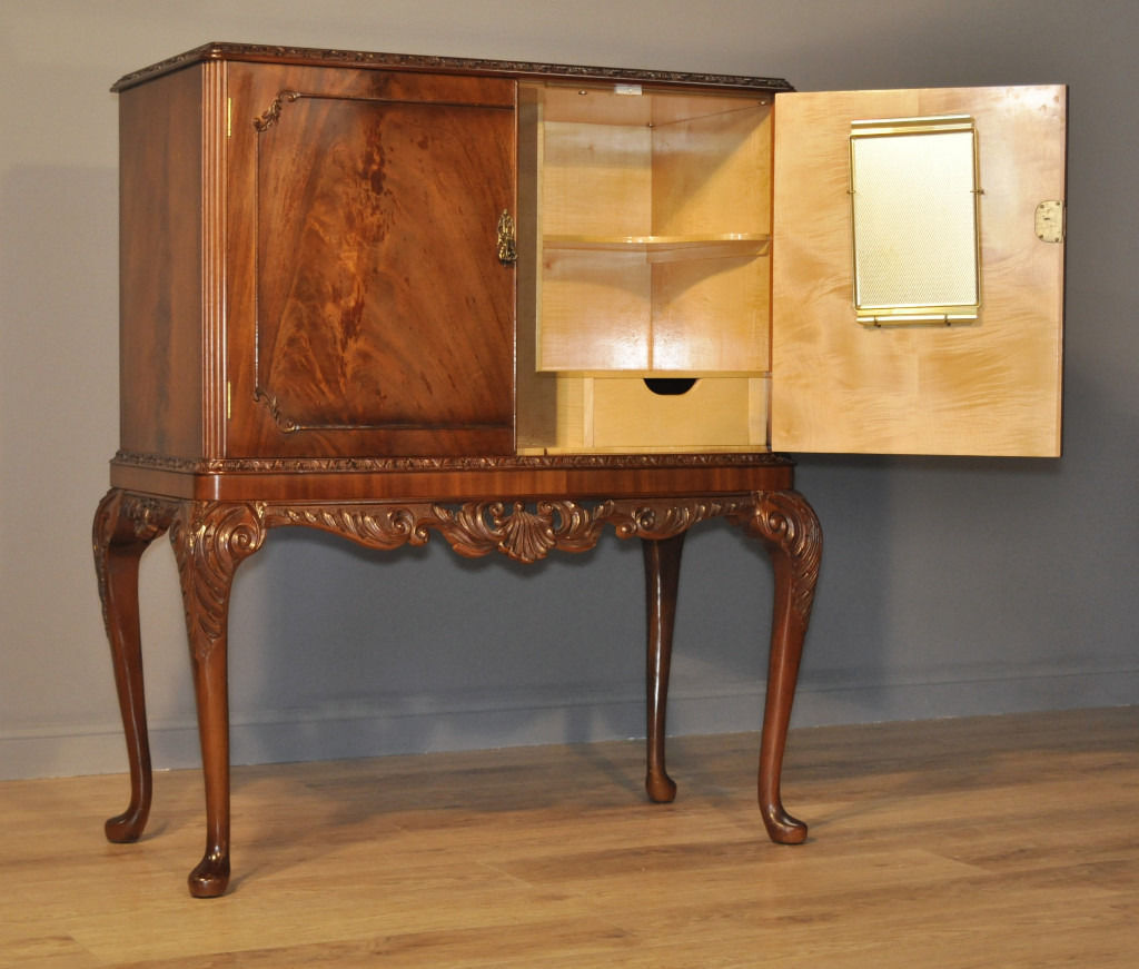 Attractive Large Vintage Queen Anne Style Flame Mahogany Cocktail Drinks Cabinet
