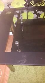Black and Clear Glass Dining Tabel