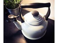 Le Creuset almond 2.1l traditional kettle
