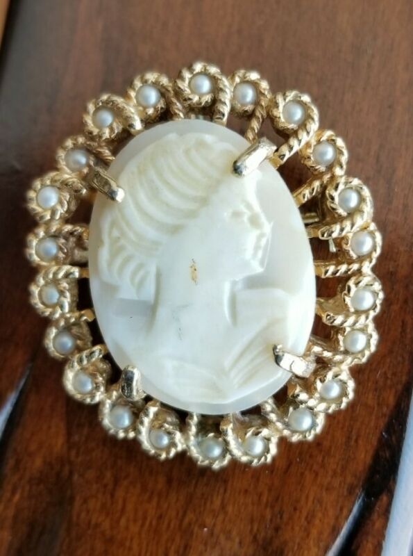 Richelieu Cameo Vintage  Pearl Gold tone  Brooch Pendant