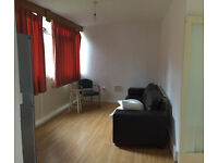 Nice single room is avilable now in a clean house, 10min walk to Southfield Station ** no extra **