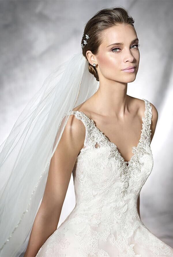 A stunning prenovias wedding dress size10/12