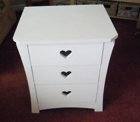 White chest of three drawers,ideal for baby/child/teenager.. used but in nice condition