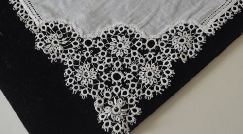 CHARMING VINTAGE LINEN HANKY WITH HAND TATTED EDGING AND DETAIL TT197
