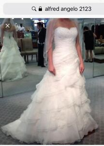 **BRAND NEW** Alfred Angelo Wedding Dress