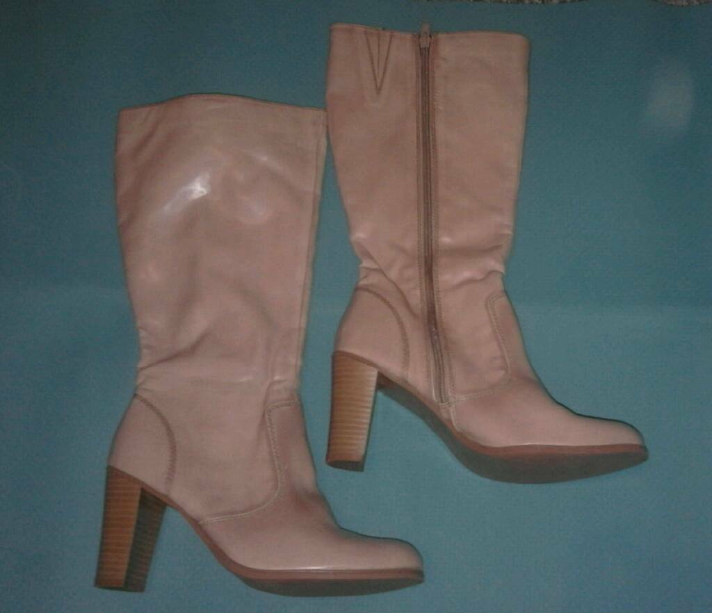 Womens boots size 5in Archway, LondonGumtree - Womens boots size 5Heel 3 1/2 inchKnee length Two tiny marks as shown in last two photos Comfortable and really beautiful colour bootsOnly worn twice