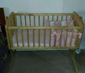 Swinging cot crib