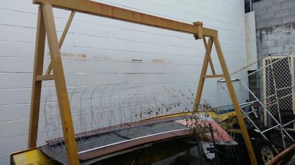 Truck engine removal gantry
