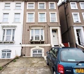 A 1 bed flat in W Croydon with off st parking, a large garden to the rear available immediately