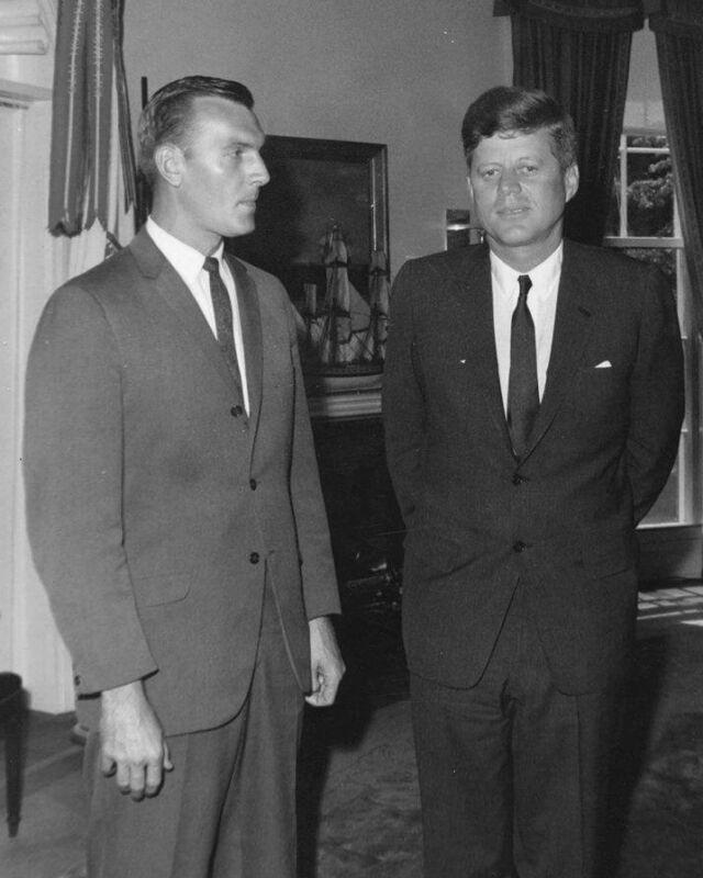 JOHN F. KENNEDY WITH SECRET SERVICE AGENT ROBERT LILLEY - 8X10 PHOTO (ZZ-113)