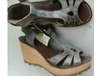 New With Tags Lovely FLY LONDON STYLE: GOLD Soft Leather Wedges Size 6 (39) RRP £89.99