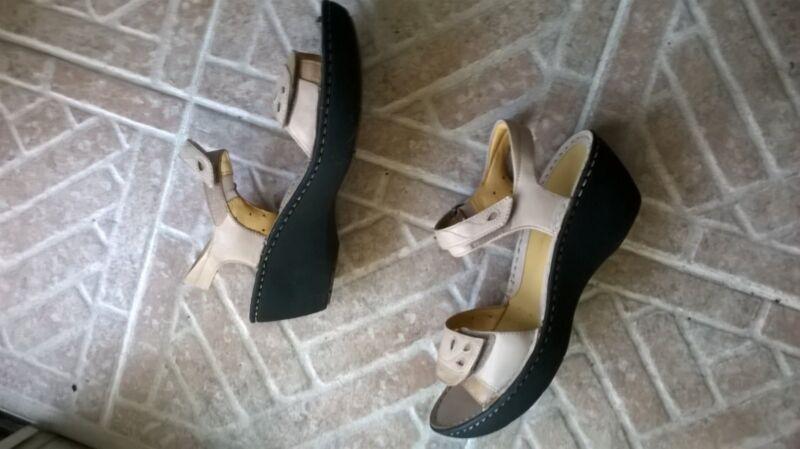 New $85 Clarks Womens Nude Beige Tan leather wedge platform sandals 9.5 m 9 1/2