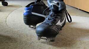 Ladies . Girls Size 8 Mizuno Rugby Shoes . SPIKES . CLEATES London Ontario image 3