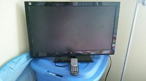 Selling flat screen TV comes with remote