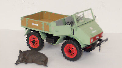 Mercedes-Benz Unimog 1:18 grün mit Wildschwein