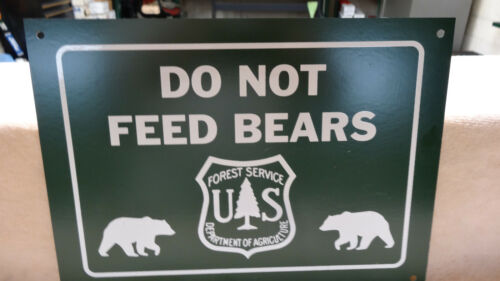 """""""DO NOT FEED BEARS"""" METAL U.S. FORESTRY SIGN, (11""""x 8"""") NEAR MINT CONDITION"""
