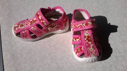 Girls Toddler Fabric/Textile Sandals with arch support (Size 4)