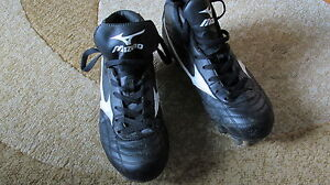 Ladies . Girls Size 8 Mizuno Rugby Shoes . SPIKES . CLEATES London Ontario image 1